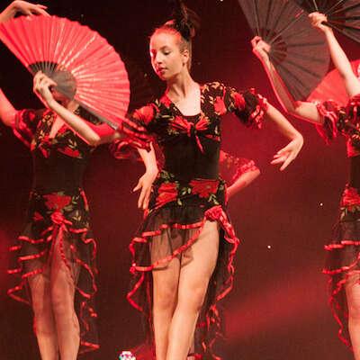 Ballet dancers with fans 3